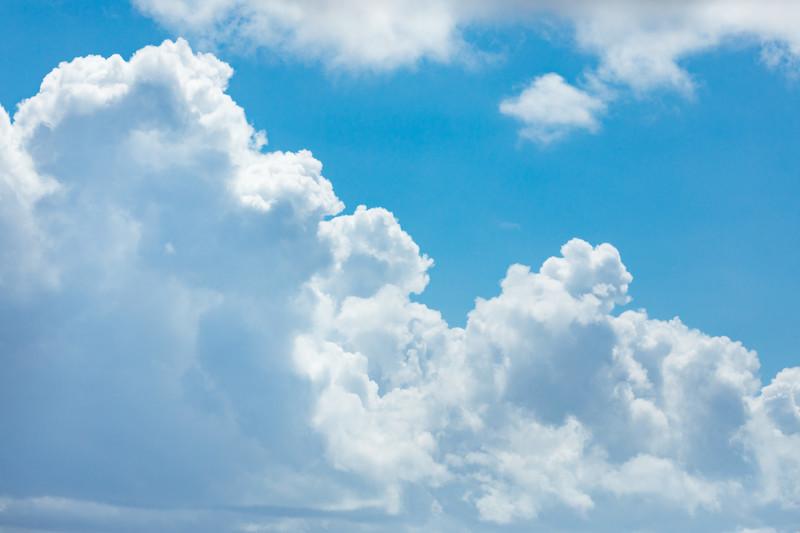 晴れた日の積乱雲の画像