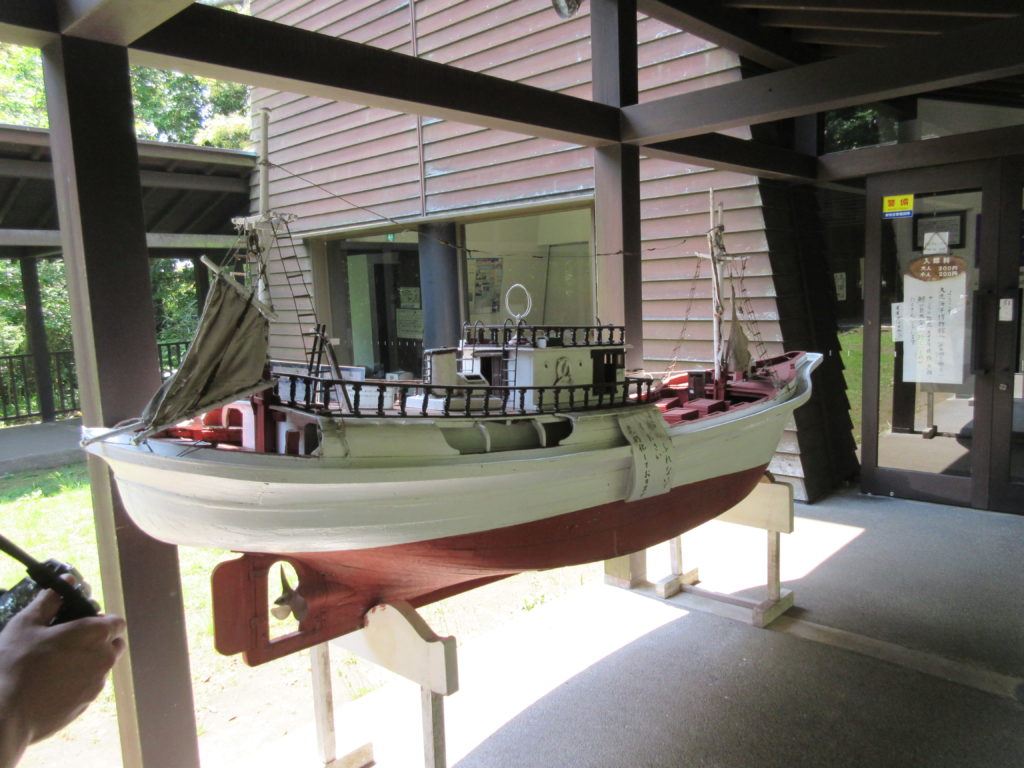 大洗海洋博物館前の船の模型の画像